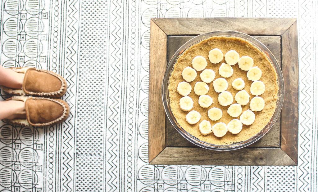 Graham crust slice sliced bananas.